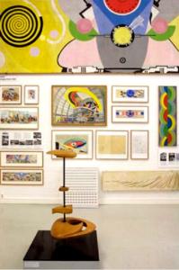 Internationella salen med Marta Pans modell i förgrunden och verk Sonia Delaunay på väggen